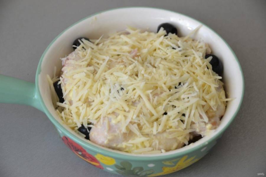 Посыпьте тертым сыром и отправьте в разогретую до 180 градусов духовку примерно на 30 минут.