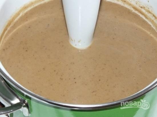 С помощью блендера измельчаем суп в пюре.