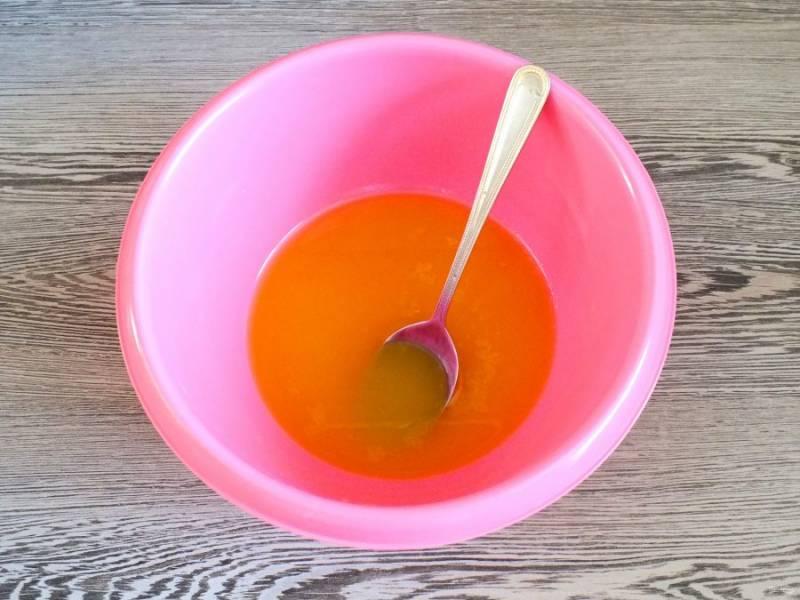 В чеше растопите сливочное масло. Добавьте сахар, размешайте.