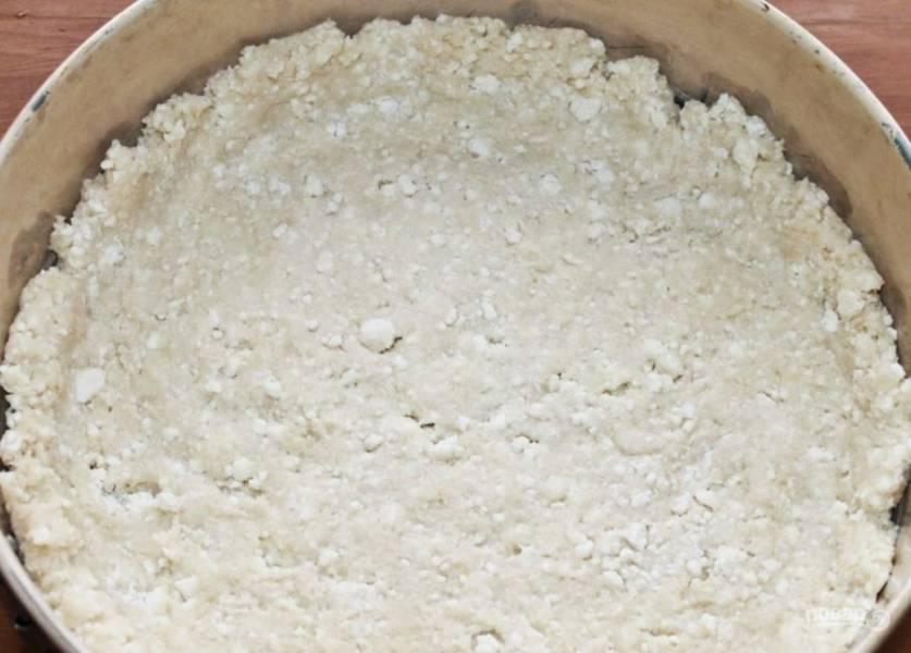 6. Возьмите форму для запекания, смажьте ее маслом и выложите равномерно тесто, формируя высокие края.