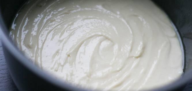 5. Когда тесто полностью готово, чашу мультиварки смазать маслом и при желании присыпать мукой или манкой. Вылить тесто в чашу.