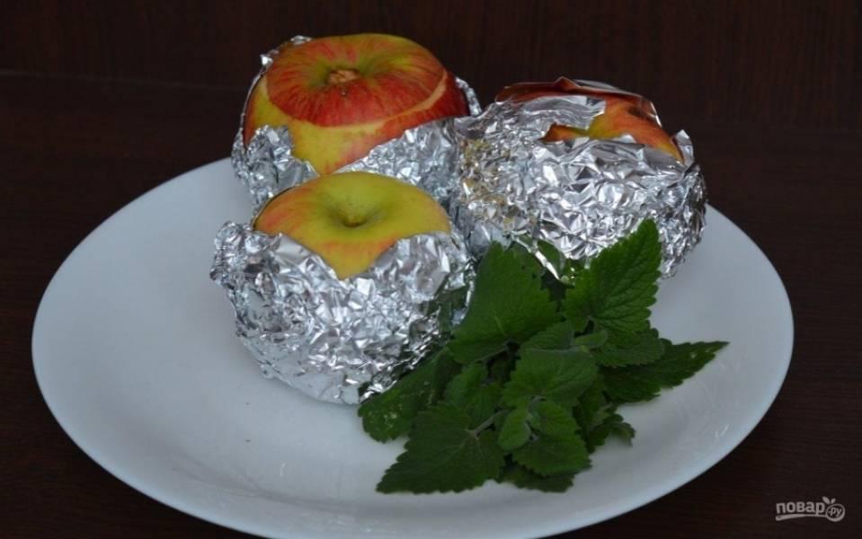 3.Каждое яблоко оборачиваю фольгой, так все соки останутся внутри и яблоко не распадется.