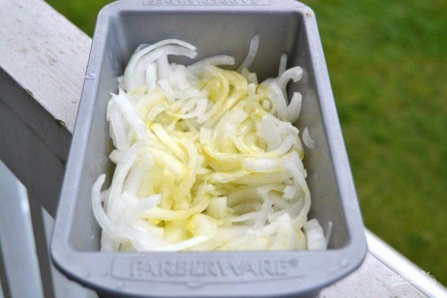 5.Выложите лук в форму для выпечки, полейте оливковым маслом, посолите по вкусу.