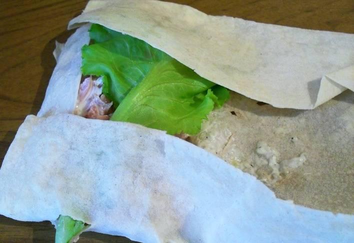 Накрываем начинку листиком салата, подгибаем края лаваша.
