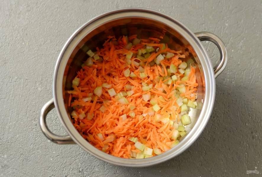 Затем добавьте измельченный сельдерей и морковь, жарьте еще 5 минут. В конце добавьте измельченный чеснок, потомите все вместе 1 минуту.