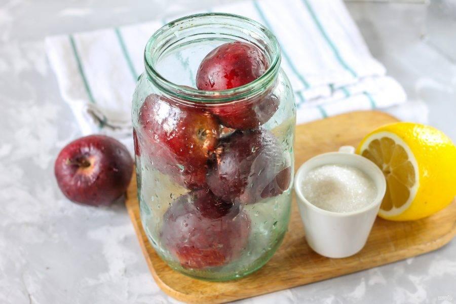 Яблоки промойте в воде, наполните ими чистую банку. По желанию вы можете увеличить норму ингредиентов, если наполняете 2-х или 3-х литровые емкости.