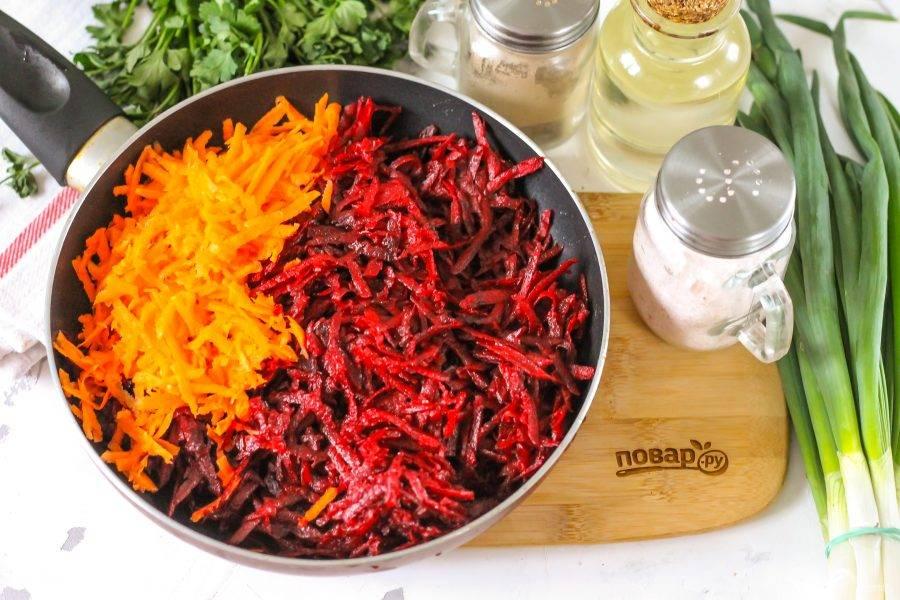 Очистите от кожуры свеклу и морковь, промойте и натрите овощи на терке с крупными ячейками или нарежьте мелким кубиком. Отпассеруйте нарезки в растительном масле, прогрев его на сковороде. Используя репчатый лук, также его нарежьте и обжарьте в течение 4-5 минут.