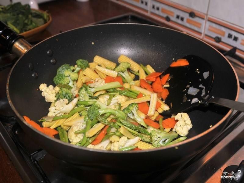 Потом добавьте брокколи, цветную капусту, кале, спаржу. Влейте устричный соус и посолите.