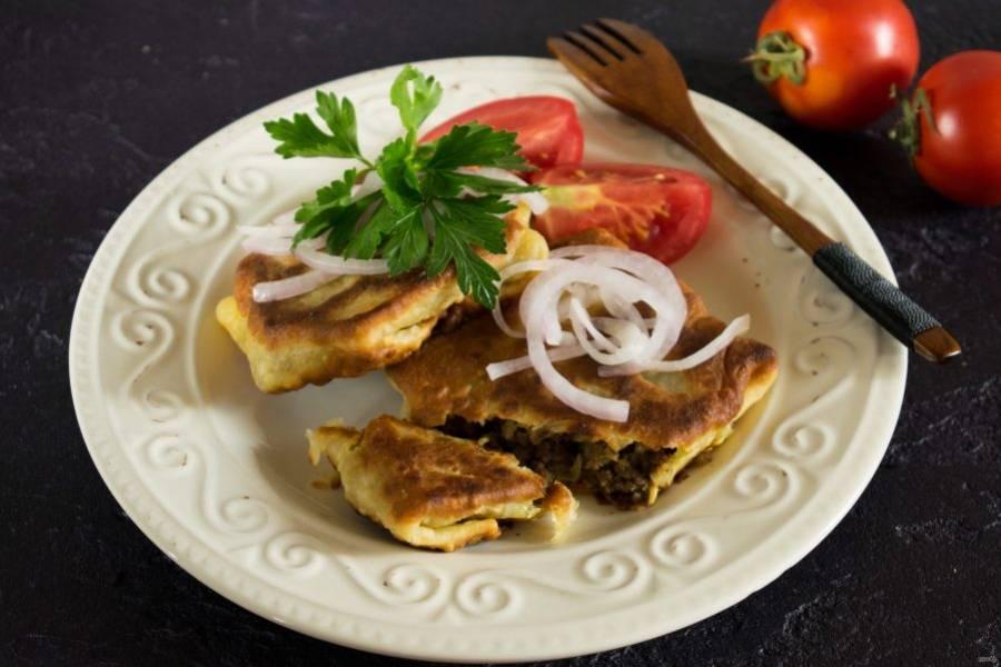Подавайте пирожки с зеленью и маринованным луком. Приятного аппетита!