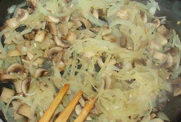 1. Лук режем полукольцами и на растительном масле обжарим с грибами.