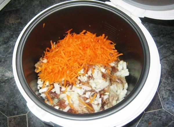 2. В середине приготовления добавляем к кролику лук и морковь, а также нарезанный кубиками картофель. Оставляем тушиться еще на 30 минут, после чего тщательно перемешиваем все ингредиенты.