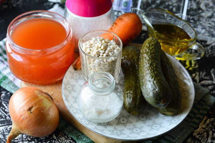 Подготовьте ингредиенты для приготовления рассольника на зиму с солеными огурцами.