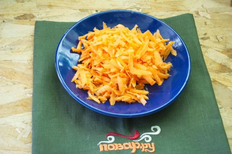 Морковь очистите и натрите на терке.