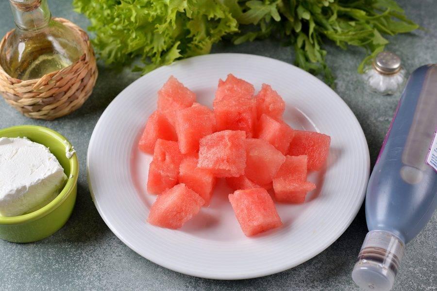 Срежьте мякоть арбуза с корки, почистите его от семечек, нарежьте крупным кубиком.