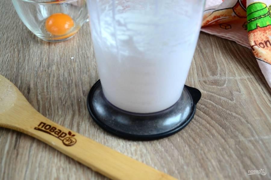 Яйцо разделите на белок и желток. Белок взбейте вместе с сахаром до мягких пиков. На это уйдет примерно 8-10 минут.