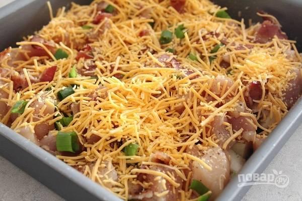 2. Посолите, поперчите по вкусу. Добавьте мелко нарезанный бекон, горсть зеленого лука и треть тертого сыра.