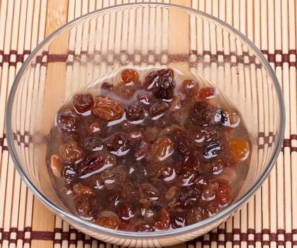 2. Изюм промыть и замочить в теплой воде на 3-5 минут. Воду слить, а изюм хорошо просушить. Можно использовать также курагу, предварительно ошпарив ее кипятком для мягкости.