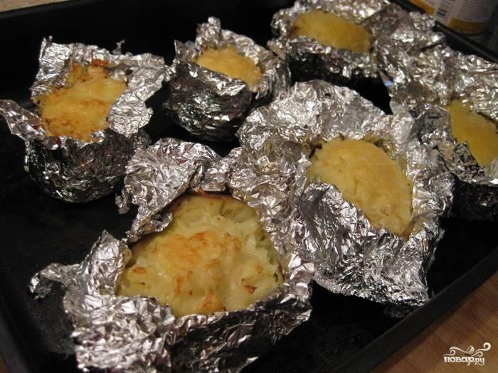 И запекать еще 10-15 минут - до аппетитного румяного цвета!  Подавать картофель горячим, прямо в фольге. Приятного аппетита!