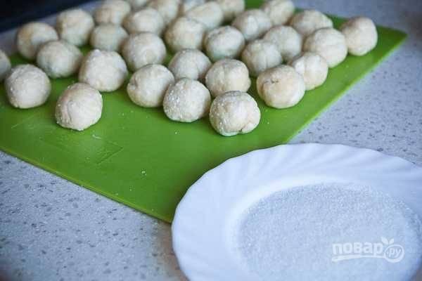 6. Сахар высыпьте в небольшое блюдце.