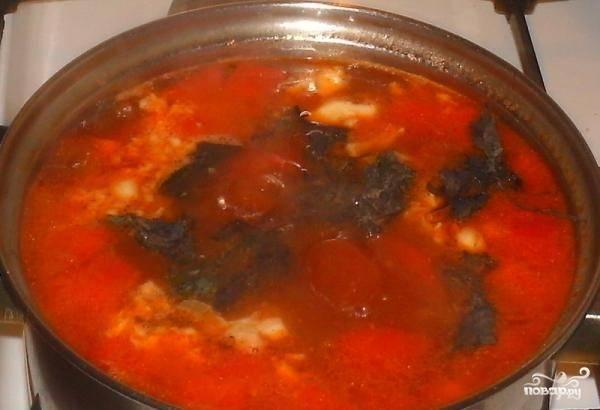 В конце добавьте чеснок, пропущенный через чеснокодавилу, базилик, чёрный молотый перец, соль и готовое мясо.