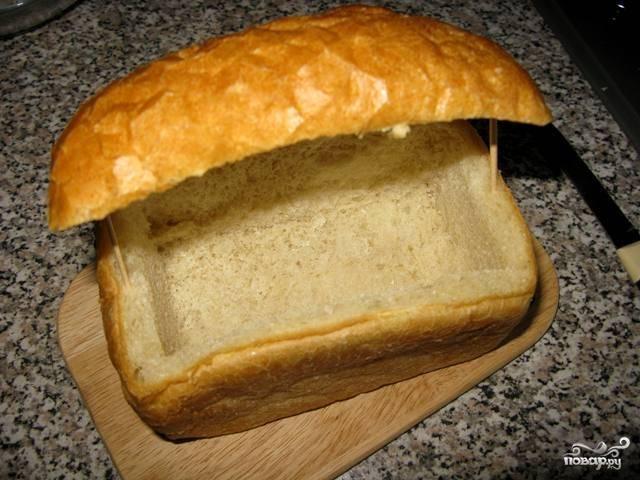 Надрежьте верхушку буханки хлеба, но не отрезайте. Достаньте из буханки мякоть. Закрепите верхушку зубочистками.