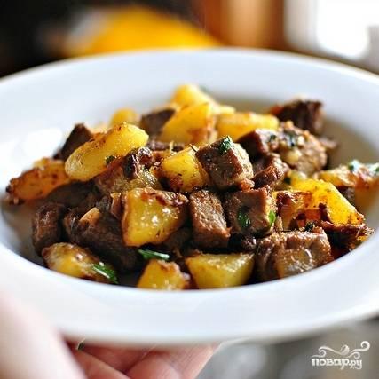 Жареная картошка с мясом готова. Приятного аппетита!