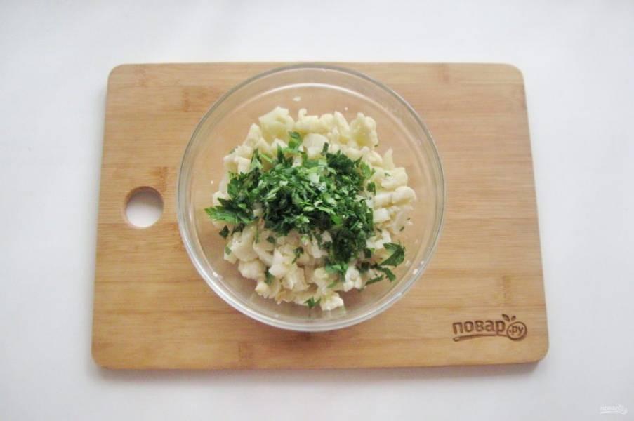 Петрушку мелко нарежьте, добавьте в начинку. Посолите по вкусу и перемешайте.