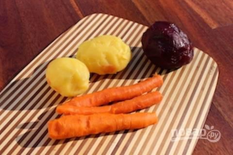 Сначала отварите до готовности морковь, картофель и свеклу.