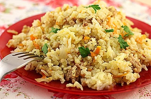 К готовому фаршу добавляем отваренный рис и обжаренную морковь с луком, тщательно перемешиваем. Наше блюдо готово!