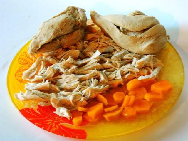 Достаем из бульона готовое мясо и оставляем остужаться. Затем нарезаем на небольшие кусочки. В бульон закидываем картофель и поджаренные колбасу с грибами. Солим и варим почти до готовности.
