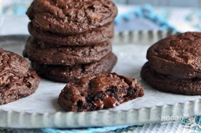Шоколадное печенье с кусочками шоколада