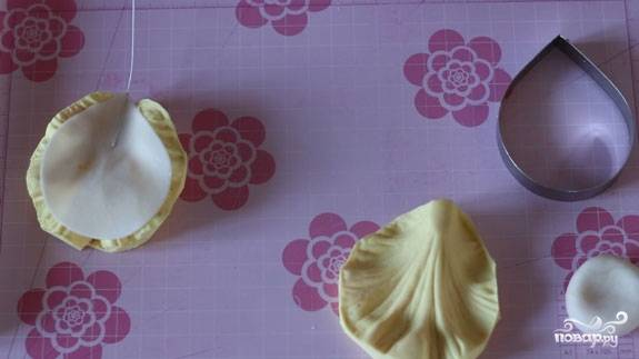 10. Наши лепестки нужно примять при помощи молда (на них получатся прожилки, как на настоящих листках).