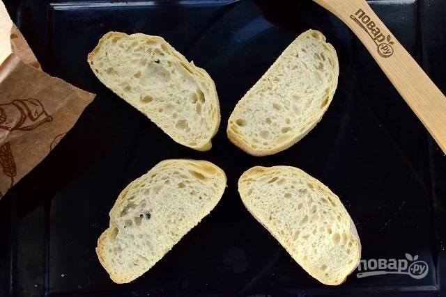 Ломтики белого хлеба подсушите в разогретой до 180 градусов духовке в течение 5-7 минут.