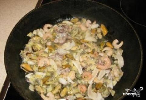 1.Морепродукты надо пожарить  на разогретом оливковом масле и отложить.