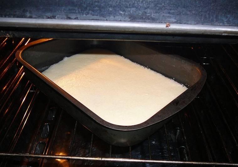 Для начала нам нужно приготовить омлет, поэтому мы смешиваем в миске яйца и майонез, затем взбиваем все до однородной воздушной консистенции. Переливаем массу в форму для запекания и отправляем ее в разогретую 190 градусов духовку. Как только омлет зарумянится сверху, вынимаем его из духовки и аккуратно извлекаем из формы.
