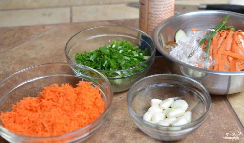 Затем морковь очищаем от шкурки, натираем на мелкой терке, лук нарезаем. Чеснок очищаем и пропускаем через пресс.