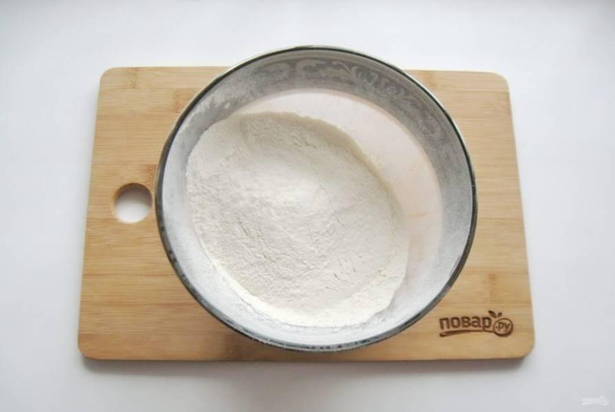 В глубокую миску просейте муку, добавьте соль.