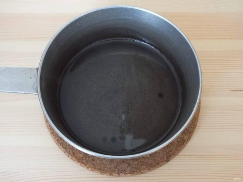 Сварите рассол. В воде растворите соль и сахар, добавьте перец горшком, доведите до кипения и остудите.