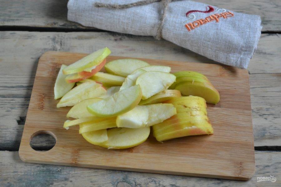 4.Яблоки порежьте тонкими слайсами.