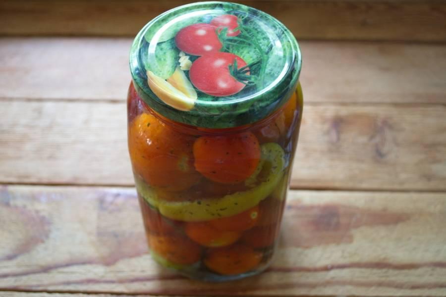 Залейте помидоры снова рассолом. Закройте крышки и закатайте.