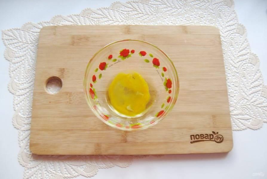 Пока овощи варятся, приготовьте тесто для клецек. В миску разбейте яйцо.