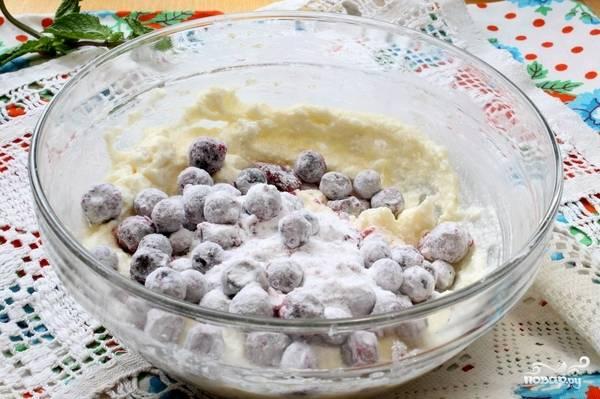 Добавляем ягоды в творожную массу, аккуратно перемешиваем. Ягоды желательно не раздавить.