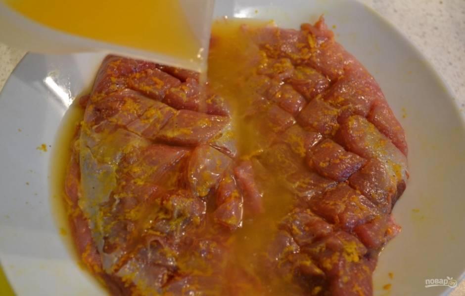 Выжмите из апельсина сок. Залейте им утку, и посыпьте её тимьяном. Оставьте птицу мариноваться минимум на 15 минут.