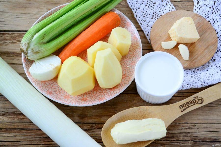 Подготовьте все необходимые ингредиенты. Картофель, лук, морковь очистите и ополосните вместе с сельдереем и луком-пореем.