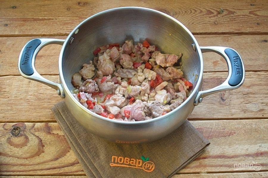 К луку добавьте мясо и обжарьте все вместе в собственном соку.