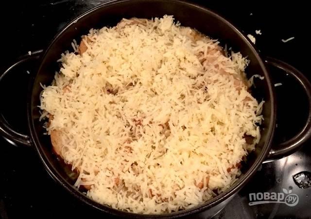 9.Выложите в суп гренки и посыпьте тертым сыром.