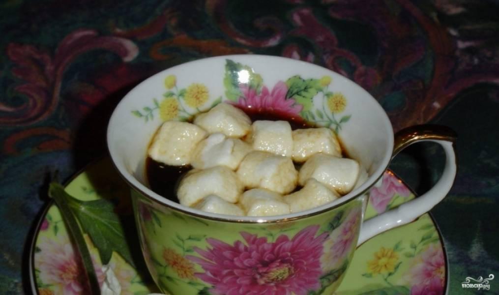 1.Перед тем как приготовить кофе с маршмеллоу, сварите сам напиток. Можно остановиться на растворимом варианте, но так вы себя лишаете возможности узнать все основные особенности. Конечно, лучше приготовить настоящий натуральный кофе. Особенно если для получения будут использованы только что помолотые зерна.