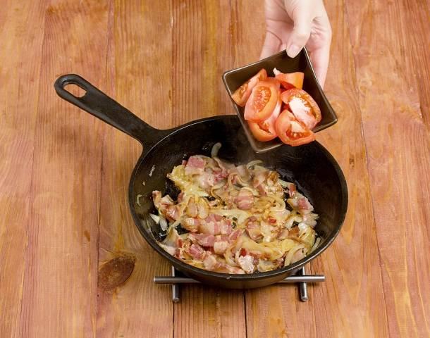 6. Помидор очистите от кожицы, нарежьте средними кусочками и выложите на сковороду. Если свежего под рукой не оказалось, можно использовать консервированные томаты в собственном соку или пасту.