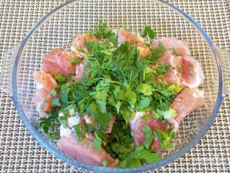 Сложите в форму для запекания мясо, посолите, добавьте нарезанную зелень и перемешайте.