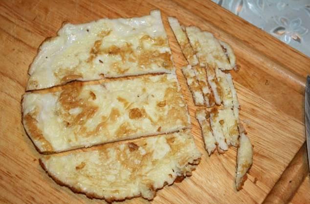 3. Готовый омлет остудить и нарезать тонкими брусочками или длинной соломкой.